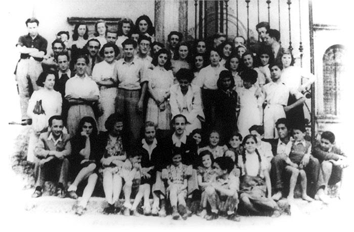 Foto di gruppo: i ragazzi ebrei davanti a Villa Emma